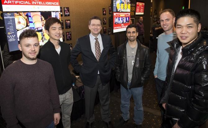 인공지능 AI '리브라투스'를 개발한 미국 카네기멜론대 컴퓨터과학과의 튜오마스 샌드홈 교수(왼쪽 세번째)와 놈 브라운 박사과정 연구원(왼쪽 네번째). 좌우는 세계 정상급 포커 선수들. - 리버스 카지노 제공
