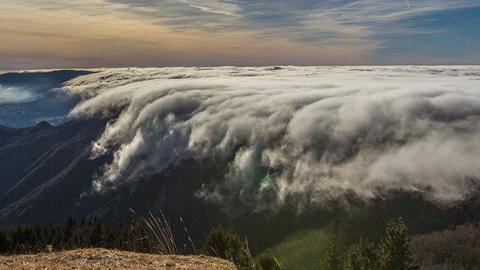 프랑스의 폭포 같은 구름바다
