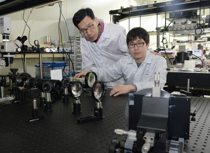 (왼쪽부터)황치영, 김용ETRI 연구원이 차세대 홀로그램 기술을 시연하고 있다. - 한국전자통신연구원 제공