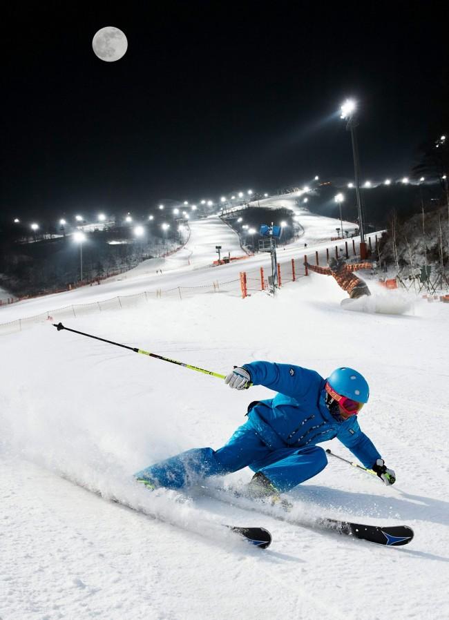 스키어가 국내 스키장에서 빠른 속도로 스키를 타는 모습. 국내 스키장은 인공설을 다져 만들기 때문에 설질이 매우 단단하다. 단단한 설질에선 빠른 방향전환이 가능하기 때문에 스키나 스노보드를 속도감 있게 즐길 수 있다. - 자료사진 제공