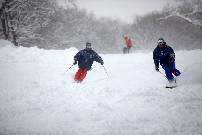 일본 니가타현 묘코산 아래 아카칸 스키장에서 파우더 스킹을 즐기고 있는 일본인 스키어 모습. 일본 동북부 지역에 내리는 눈은 공기를 많이 머금어 쉽게 뭉쳐지며 보송보송한 느낌을 준다. - 동아일보 자료사진 제공