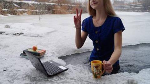 얼음물 반신욕하면서 일하는 여성