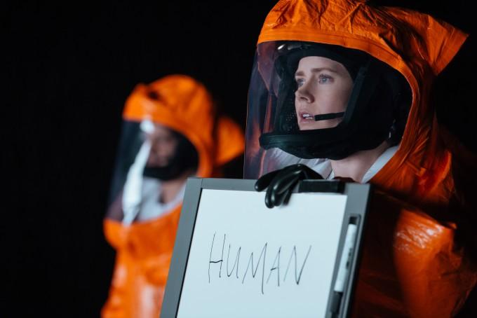영화 '컨택트'에서 주인공 루이스 뱅크스가 외계인과 소통하려 애쓰는 장면. - UPI코리아 제공