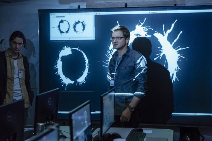 영화 '컨택트'에서 이론물리학자 이안 도넬리가 외계인의 문자를 해석하는 장면. - UPI코리아 제공