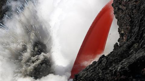 바다로 떨어지는 붉은 용암