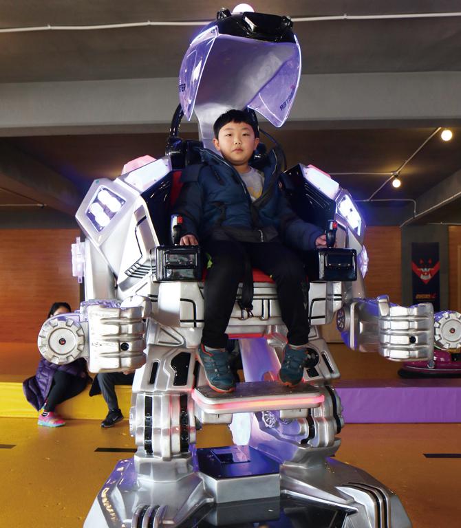 브이존에서는 직접 로봇에 타서 조종해 볼 수 있다. - 정한길 기자 제공