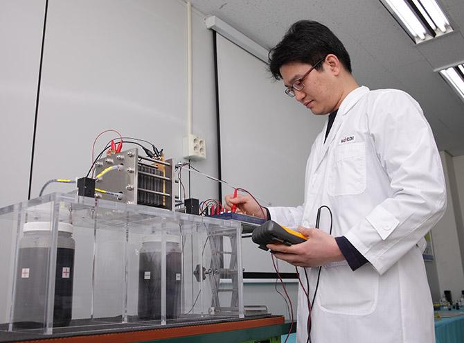 한국에너지기술연구원이 개발 중인 '레독스 흐름 배터리'의 모습. 배터리액을 외부 탱크에 보관해 두고 순환시키며 전기를 만들 수 있는 '플로셀 배터리'의 일종이다. 발전소나 대형 빌딩 등에서 사용 가능한 '대용량 에너지 저장장치(ESS)'로 사용할 목적으로 연구 중이다. - 한국에너지기술연구원 제공
