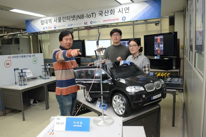 ETRI 임종철 책임연구원(왼쪽)과 네스랩 연구진이 사물인터넷 기술을 이용한 차량침입서비스를 시연하고 있다