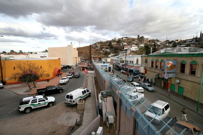 미국과 멕시코 사이에 놓인 장벽. 왼쪽은 미국 애리조나 주, 오른쪽은 멕시코 소노라 주.  - 위키피디아 제공