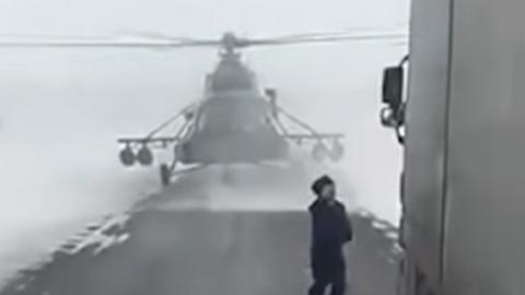 도로에 착륙한 헬기 조종사, 운전자에게 길 물어