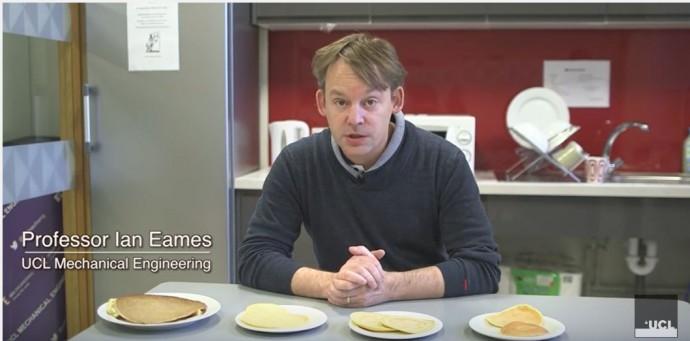 이번 연구를 이끈 이안 에임스 런던유니버시티칼리지 기계공학과 교수, 직접 구운 팬케이크를 놓고 자신의 연구를 설명하고 있다. - UCL 제공