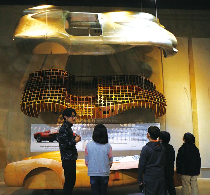 '1958년형 페라리 250 테스타로사'를 보는 기자단 친구들 - 김정 기자 제공