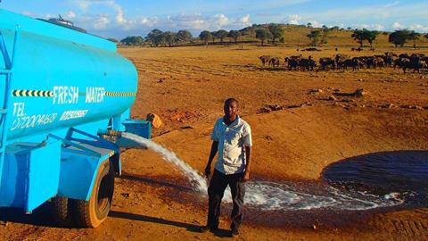 케냐, 목마른 동물 구하려 물을 운반하는 사람들