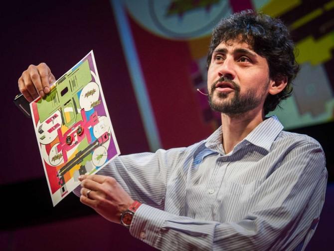 마누 프라카시 미국 스탠포드대 교수가 폴드스포크를 들어 보이고 있다. - TED 유튜브 채널 캡쳐 제공