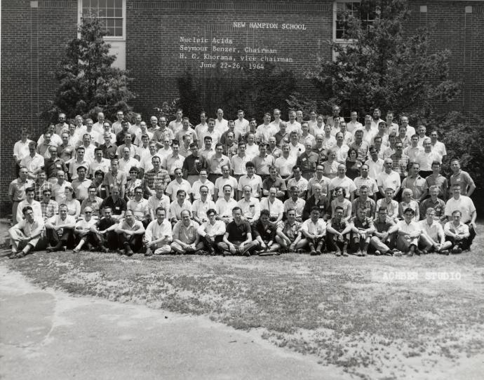 1964년에 열린 고든 리서치 컨퍼런스에 참여한 과학자들. 둘째줄 오른쪽에서 7번째가 DNA 이중 나선 구조를 찾아낸 과학자 중 하나인 프랜시스 크릭이다.  - 웰컴트러스트 제공