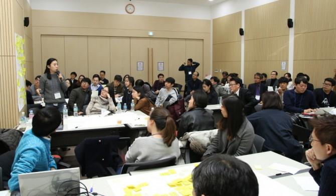 타운미팅 2부가 끝나고 한 참가자가 분과에서 나온 의견을 전체 참가자 앞에서 발표하는 모습. - 변지민 기자 제공