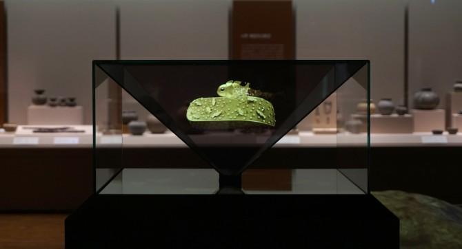 6세기경 마한의 금동신발을 3차원(3D) 홀로그램 영상으로 복원한 모습. 밑바닥에 장식으로 새겨져 있던 물고기도 움직인다. 전남 나주시 국립나주박물관에서 상설 전시 중이다. - 쿼터너리 인터내셔널 제공
