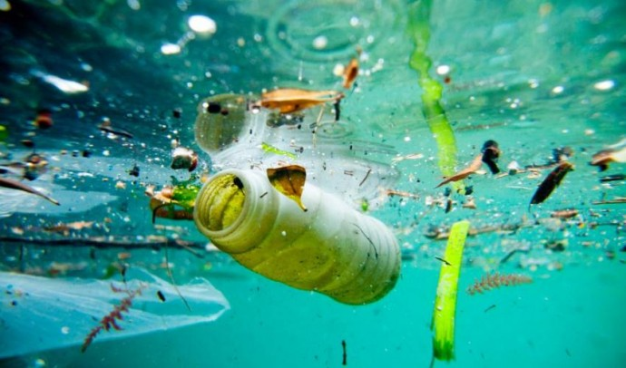 둥둥 떠다니는 플라스틱 물병보다 유리 구슬처럼 반짝이는 미세 플라스틱 쓰레기가 더 문제다. - IUCN report/ Photo : Race for water/Christophe Launay 제공