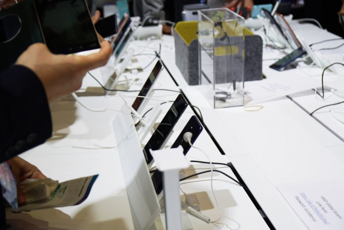 노키아는 다시 스마트폰을 내놓으면서 OS 때문에 자유롭지 못했던 안드로이드 스마트폰에 대한 경험과 욕심을 녹여낸 듯 합니다. - 최호섭기자 제공