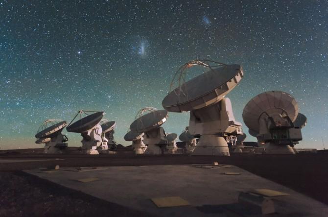 칠레 북부의 '아타카마 대형 밀리미터 관측망(ALMA)'. 64개의 전파망원경이 연동돼 있다. 최초로 블랙홀을 관측하는 '이벤트 호라이즌 망원경(EHT)' 프로젝트에 활용되는 9곳의 천문대 중 하나다. 한국천문연구원은 ALMA와 미국 하와이 섬의 '제임스 클러크 맥스웰 망원경(JCMT)'을 통해 프로젝트에 참여한다. - 위키미디어 제공