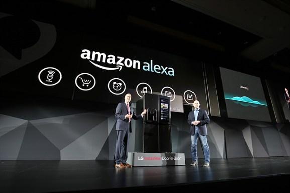 아마존의 음성인식 인공지능 비서 알렉사는 세계 주요 가전 제품이나 자동차에 잇달아 채택되고 있다. CES에서 알렉사를 탑재한 냉장고를 소개하는 LG전자