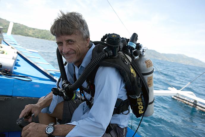 리처드 파일 박사는 일반 다이버는 들어가기 어렵고, 잠수정은 지나치는 영역인 수심 30m-150m 사이를 탐험하기 위해 특수 스쿠버 장비를 직접 개발했다.  - 위키피디아(Luiz A. Rocha) 제공