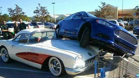 희한한 교통사고, 클래식 카 위에 올라간 차량