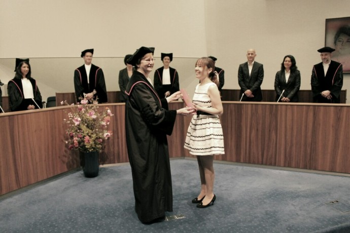2014년 6월 박사학위 수여식에서의 최지연 박사(오른쪽)와 지도교수인 앤 커틀러 교수(왼쪽)의 모습. 최 박사는 한국인 입양인들의 모국어 기억에 관한 박사학위 논문으로 한국인 최초의 막스플랑크 심리언어학연구소 출신 박사가 됐다. - 최지연 연구원 제공