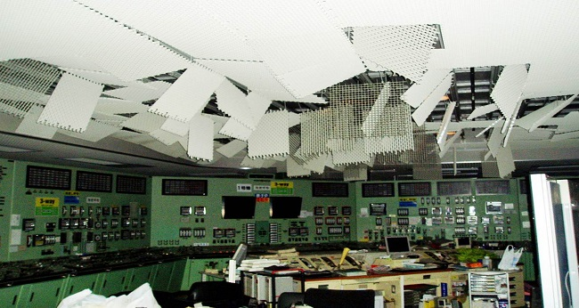 후쿠시마 사고 당시 훼손된 주 제어실이 모습이다.당시 중앙 제어실이 손상되고 전력공급이 끊겨 원자로의 상태확인과 제어가 불가능한 속수무책의 상황에 이르렀다. 한국원자력연구원 제공.