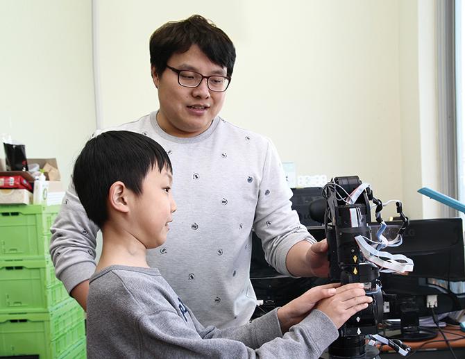 입는 로봇을 개발하는 최원준 연구원이 로봇과 사람의 상호작용에 대해 설명하고 있다. - 신수빈 기자 제공