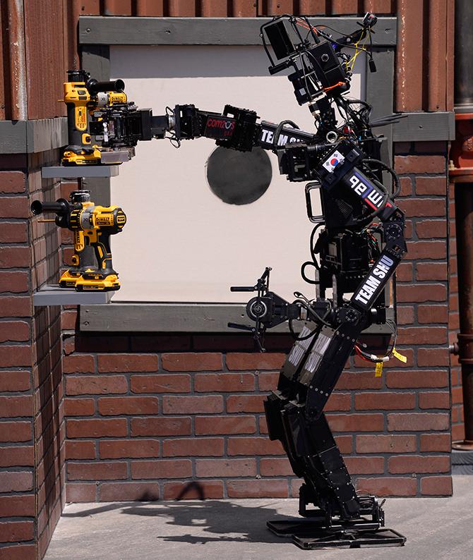 2015 다르파 세계재난로봇경진대회에 참여한 서울대 팀 똘망의 모습. - 신수빈 기자 제공