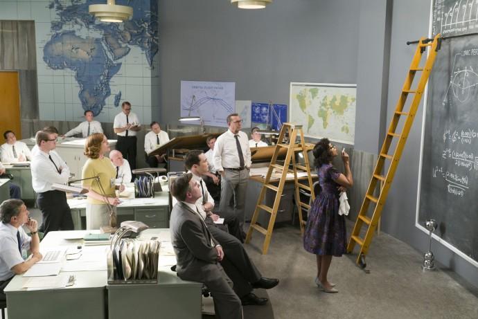 연구자들은 자유로운 공간에서 자유롭게 대화하고 소통하며, 때론 끄적임 속에서 역사를 바꿀 새 결과가 나오기도 한다. 1960년대 NASA 사무실은 과거에도 이런 환경이 조성돼 있었단 사실이 놀랍다. 주인공 캐서린은 벽을 가득 메운 큰 칠판에서 방정식을 풀며 문제 해결에 앞장선다. - (주)20세기폭스사 제공