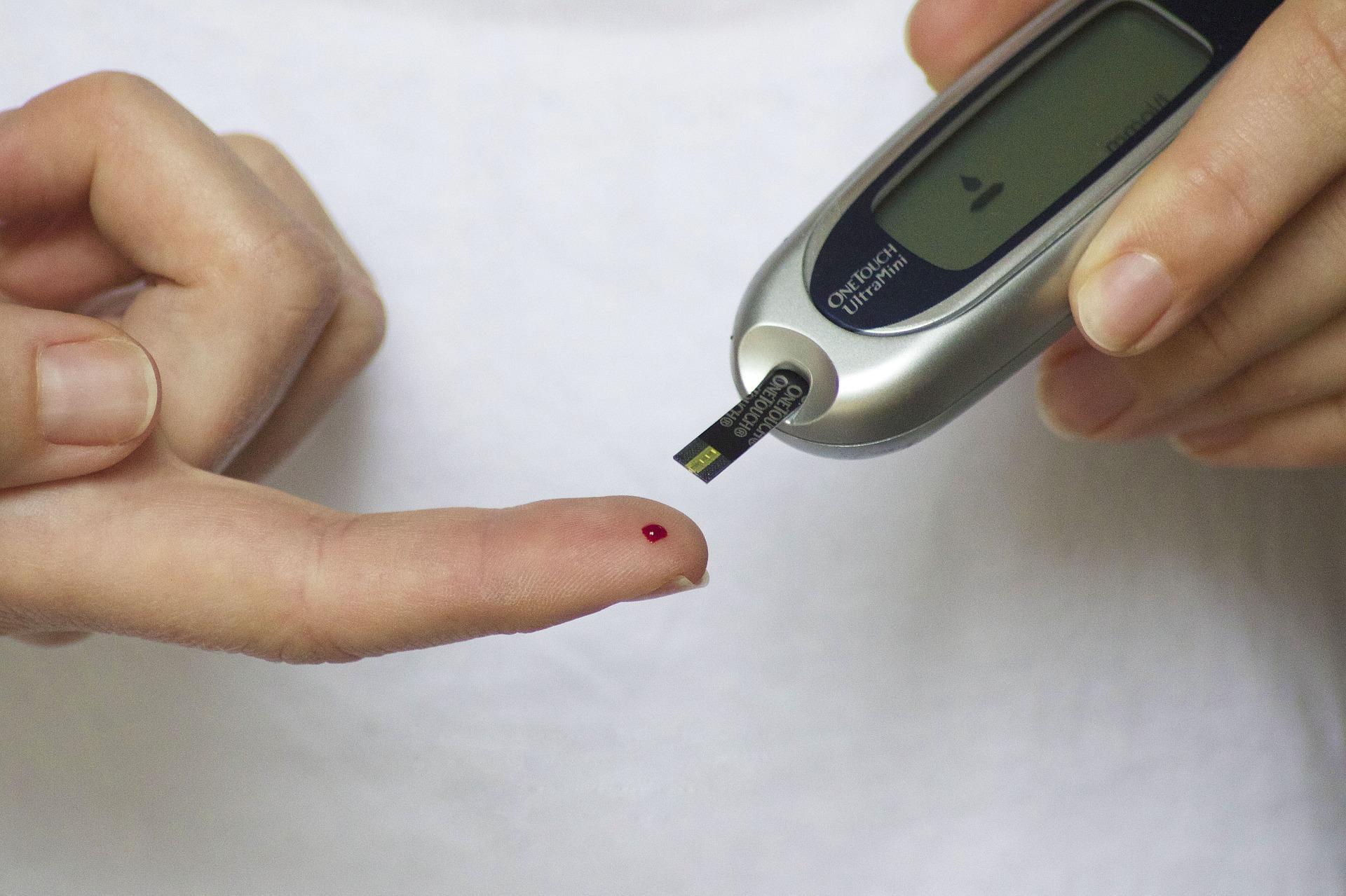 기존 혈당측정기의 한계를 극복할 새로운 혈당측정기 원리를 국내 연구팀이 개발했다. 사진은 일반적인 혈액 측정기 모습이다. -사진 제공 픽사베이