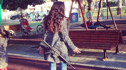 다양한 장소, 총을 멘 여성들