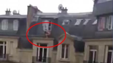 아파트 창밖에 숨어 있는 벌거숭이 남자
