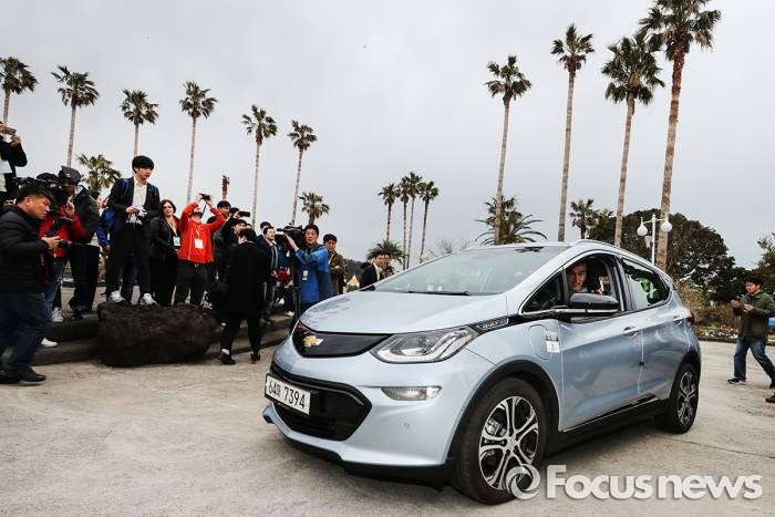 서울에서부터 총 470㎞를 완주한 볼트 EV가 전기차 사용자 포럼 행사가 열린 제주 여미지식물원으로 들어오고 있다. - 한국지엠 제공