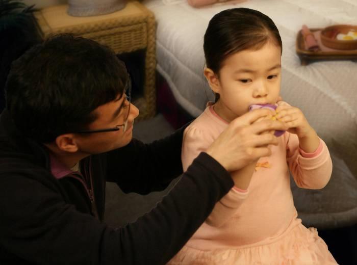 소아 천식환자가 흡입용 스테로이드를 사용하고 있는 모습. - 한국GSK 제공