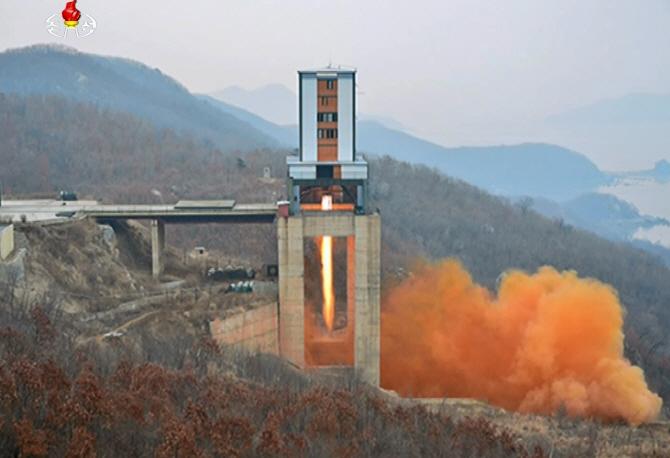 북한의 신형 ICBM엔진 실험 전경 - 조선중앙TV 제공