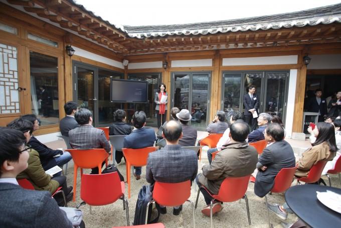 노소영 나비미래연구소 관장이 21일 열린 개소식에서 설립취지를 발표하고 있다. - 아트센터 나비 제공
