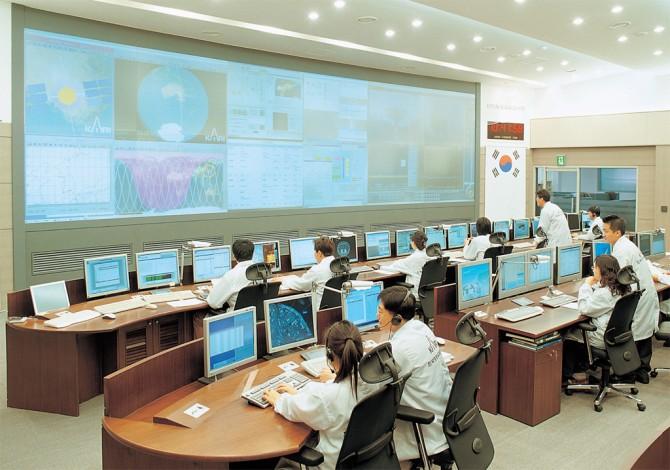 한국항공우주연구원의 위성관제센터. 이곳에서 365일 24시간, 우리나라에서 발사한 인공위성을 감시한다. - 항공우주연구원 제공
