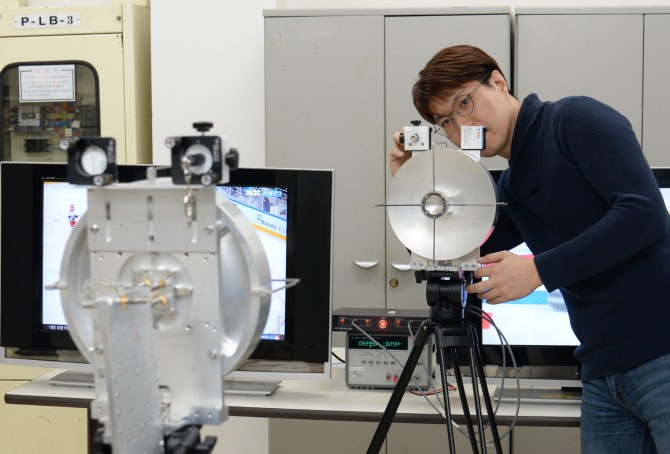 한국전자통신연구원(ETRI)의 한 연구원이 하나의 안테나가 3가지 모드의 전파 신호를 내도록 하는 기술을 시연하고 있다. - 한국전자통신연구원 제공