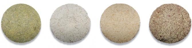 한국식품연구원이 개발한 산업용 누룩이다. 여기엔 전통누룩에서 발굴한 곰팡이가 살고 있다. 왼쪽부터 녹두, 메밀, 보리, 팥으로 만든 누룩이다. - 최지원 제공