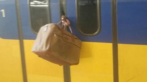열차 문에 낀 가방