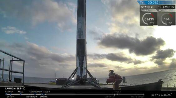 해상 무인선박에 안정적으로 착륙한 재사용 로켓 '팰콘 9'. 이 로켓을 회수한 건 이번이 두 번째다. - 스페이스X 제공