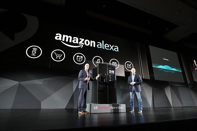 CES 2017에서 알렉사를 탑재한 냉장고를 소개하는 LG전자