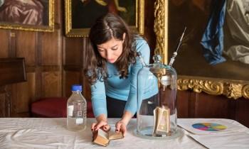 세실리카 연구원은 책 냄새를 구성하는 화학성분을 찾아내는 연구를 진행 중이다. - 내셔널 트러스트 제공