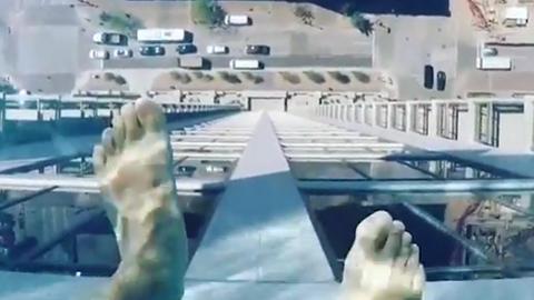 40층 옥상에 있는 투명 수영장 '화제'