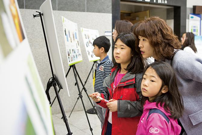 어울림홀 앞 로비에서는 우수탐사대원들의 포스터 발표가 이어졌다. 포스터를 살펴보는 발대식 참가자들. - 아자스튜디오 제공