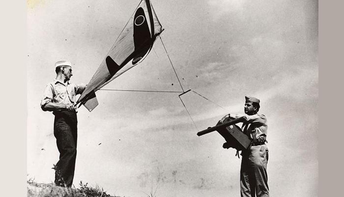 미군 전투기 조종사 훈련을 위해 각 나라의 전투기가 그려진 연을 띄우는 폴 가버(오른쪽). - 국립항공우주박물관 홈페이지 제공