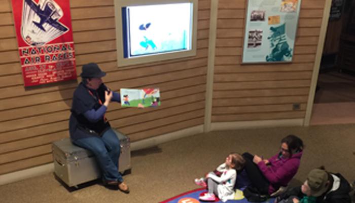 미취학 아동을 대상으로 진행하는 스토리 타임 프로그램. 이 시간에는 다양한 종류의 연을 소개하는 책을 같이 읽고 연만들기 체험을 한다. - 신지은 제공